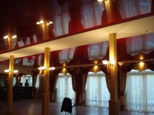 Глянцевые натяжные потолки: какие основные их особенности?